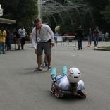 Тренер национальной сборной Сергей Чудинов обеспечивает безопасность заездов на роликовых санях