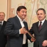 Виталий Мутко вручил Леониду Гарту свидетельство о государственной аккредиатции ФССР