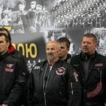 Вальтер Плайкнер сопровождает Олимпийский огонь в составе «Ночных волков»