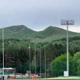 А это две вершины Большого седла. Две горы составляют импровизированное седло, поэтому такое название и прижилось. Наши спортсмены забираются на самую высокую из вершин и считают, что побывали на Большом седле