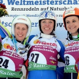 Победительница (Екатерина Лаврентьева) и призёры (Мелани Шварц и Эвелин Лентхайлер) женских соревнований чемпионата мира на одноместных санях